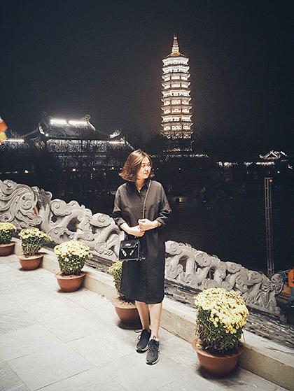 Tuyết Ngân chụp ảnh check-in ở chùa Bái Đính về đêm.