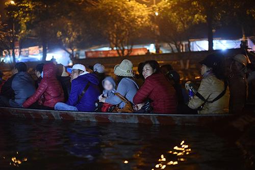 Khách đi đò đêm trên suối Yến. Ảnh: Giang Huy.