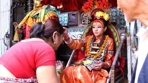 Nhiệm vụ của các nữ thần là ban phước lành cho người dân, và cả du khách. Có nhiều nữ thần ở Nepal, nhưng nữ thần quan trọng nhất là ở Kathmandu, sống trong ngôi nhà có tên làKumari Bahal. Ảnh: Sarvodayausa.