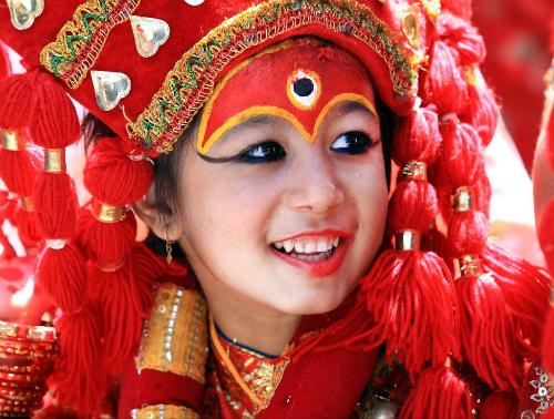 Những Kumari sẽ được chọn từ người của hai gia tộcShakya hoặcBajracharya. Đây là những gia tộc thuộc cộng đồng Newari danh giá ở Nepal.