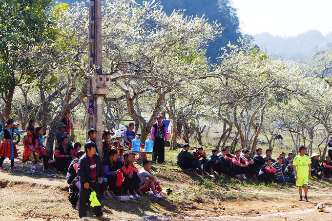 <p> Bãi đất dưới những gốc mận thường được thanh niên bản làng tổ chức các hoạt động thể thao.</p>