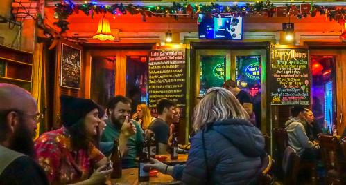 Quán bar, pub là điểm vui chơi về đêm thu hút du khách tới Hội An. Ảnh: Asia Travel.
