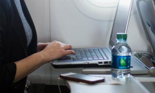 Hãy hạn chế sử dụng bàn gập phía trước ghế ngồi trên máy bay. Ảnh: Reuters.