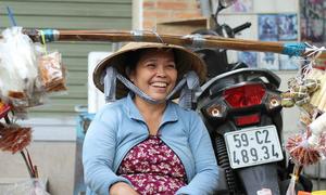 Khách Tây: 'Hiếm lúc nào thấy phụ nữ Việt ngơi tay làm việc'