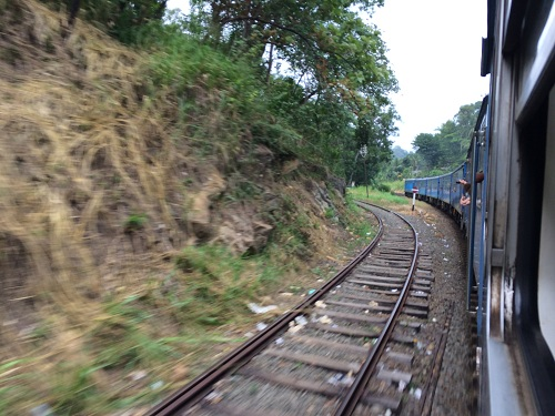 Một góc từđoàn tàu lửa Sri Lanka xuyên núi. Ảnh: Dy Khoa.