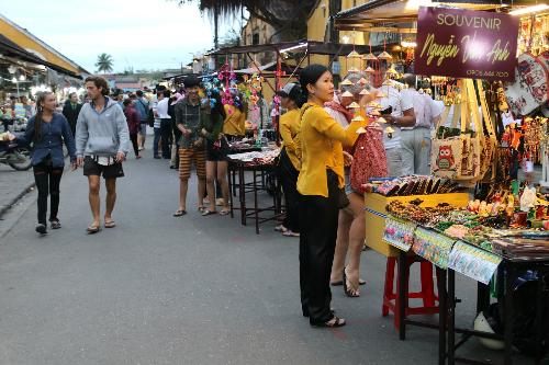 Chợ đêm mới khai trương nằm dọc hông chợ Hội An. Ảnh: Vietnammoi.