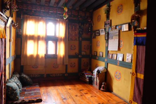 Căn phòng nhỏ xinh xắn, gọn gàng dành cho khách du lịch ở của một nhà dân tại Thimphu.
