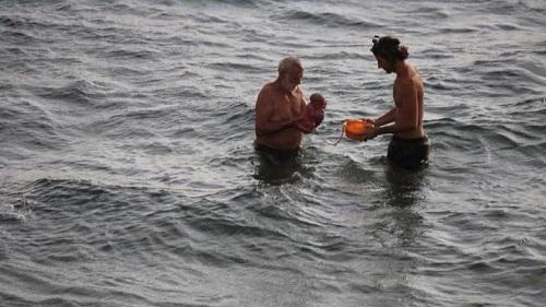 Các bức ảnh ghi lại ca sinh nở của mộtbà bầu Ngatại biển Đỏ, vịnh Nam Sinai, Ai Cập nhanh chóng thu hút sự chú ý từ dư luận. Đa số bình luậntỏ ývui mừng vì mẹ tròn con vuông, Arab News đưa tin ngày 12/3.