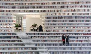 Bên trong thư viện khổng lồ có cả núi sách cho khách trèo lên