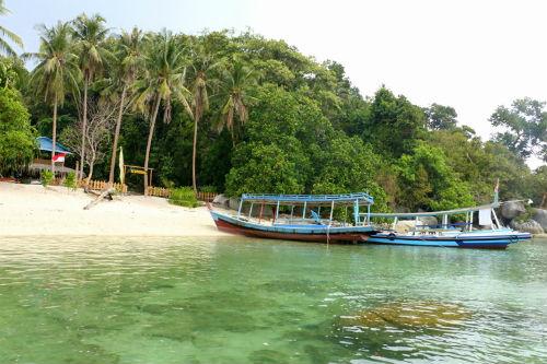 Đảo Kepayang, Belitung, IndonesiaChính quyền và người dân trên hòn đảo này coi trọng môi trường sinh sống của các loài động vật, do đó có rất nhiều khu nghỉ dưỡng thân thiện vớimôi trường và các khu bảo tồn rùa biển.Nhiều loại san hô sống gần bờ biển, với những khu vực được bảo vệ nghiêm ngặt. Các tảng đá cuội, hàng dừa bên bờ biển trở thành hình ảnhbiểu tượng của nơi này. Ảnh:Flickr.