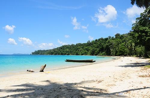 Vịnh Lalaji, Đảo Long,AndamansVề pháp lý, đảo này không thuộc Đông Nam Á. Nó là một lãnh thổ thuộc Ấn Độ, nhưng vị trí địa lý rất gần Thái Lan.Vịnh Lalaji trên đảo Long nhỏ bé nhưng hoàn hảo như một mảnh thiên đường tặng cho du khách.Những du khách muốn tham quan cần phải trả tiền cho một loại giấy phép và vượt qua bằng hành trình một giờ. Mặc dù chuyến đi dài, nhưng được trả lại bằng phần thưởng quý giá. Ảnh: AandN.Dòng nước ấm của một bãi biển còn nguyên sơ giúp bạn có thể trông những con cá lớn, cá nhiệt đới. Xung quanh là nhiều cây rừng ngập mập dọc theo bờ.