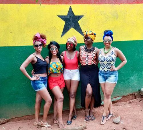 Oneika Raymond chụp ảnh cùng những người bạn mới ởGhana. Ảnh: Instagram.