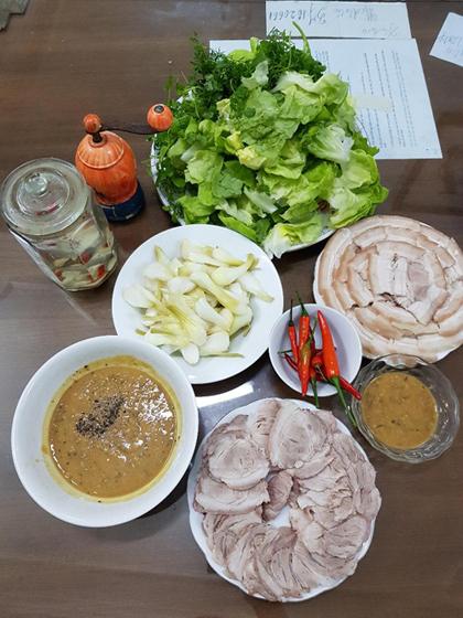 Mắm rươi ăn với thịt luộc hoặc chưng lên ăn cùng cơm nóng.