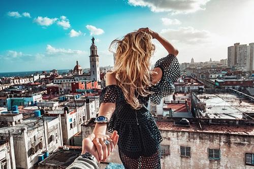 Nắm tay em đi khắp thế gian là một trong những bức ảnh tạo nên trào lưu trên mạng xã hội. Ảnh:NatGeo.