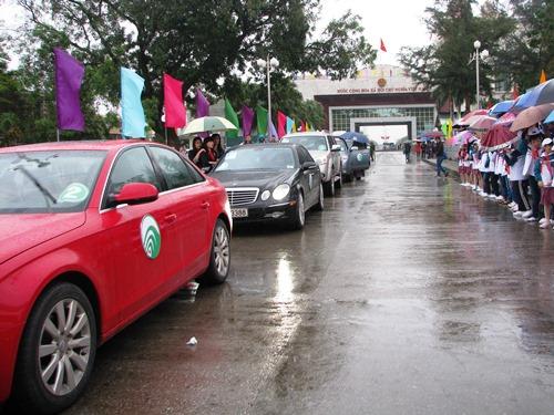 Ôtô du lịch tự lái Trung Quốc phải dán logo nhận diện (theo mẫu), có hướng dẫn viên thành thạo tiếng Trung ngồi ở xe đầu tiên trong đoàn để hướng dẫn trong quá trình tham gia giao thông tại Móng Cái.  Ảnh: Minh Cương.