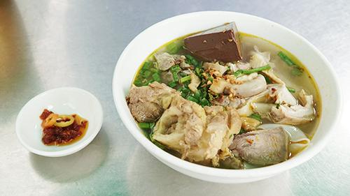 Quán hủ tiếu hơn 40 năm ở Sài Gòn: muốn ăn phải không sợ mùi/ Quán hủ tiếu có vị khó nuốt hơn 40 năm ở Sài Gòn - 1