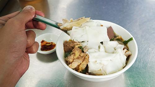 Quán hủ tiếu hơn 40 năm ở Sài Gòn: muốn ăn phải không sợ mùi/ Quán hủ tiếu có vị khó nuốt hơn 40 năm ở Sài Gòn