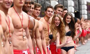Nghề 'được mong chờ nhất' mùa hè: làm vệ sĩ cho khách khỏa thân