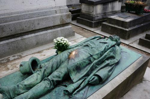 Ngôi mộ của Victor Noir cũng được nhiều người hâm mộ gọi bằng cái tên ngôi mộ sexy nhất thế giới. Ảnh: Buzzy.