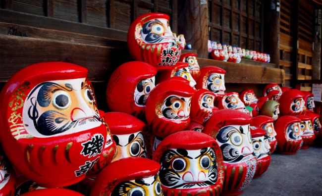 Người Nhật tặng nhau con búp bê gỗ này vào những dịp quan trọng như sinh nhật, lễ tết... với mong muốn điều tốt đẹp nhất sẽ đến. Vào mùa thi, các gia đình sẽ tặng con em mình búp bê Daruma mới lời chúc may mắn.