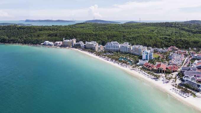 <p> <strong>Phú Quốc</strong></p> <p> Đảo Phú Quốc (Kiên Giang) với những bãi biển cát trắng mịn, nhiều resort mới đẹp... hiện là điểm đến hấp dẫn du khách không chỉ mùa hè mà cả các dịp lễ tết. Từ trên cao nhìn xuống Phú Quốc được phủ xanh bởi những cánh rừng nhiệt đới, bờ biển dài, cùng khoảng 20 đảo nhỏ không người ở lý tưởng để bơi, lặn, chèo kayak... Ảnh: <em>Ralf Tooten.</em></p>