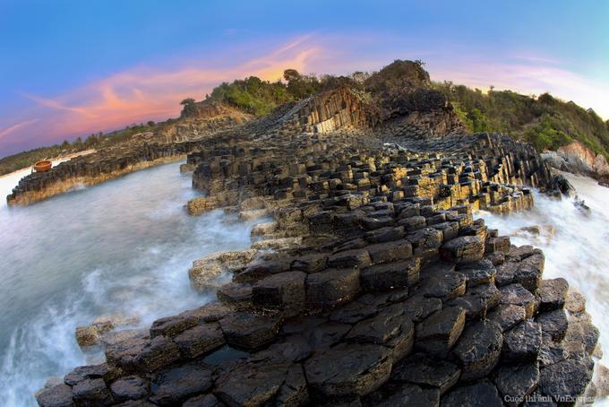 <p> <strong>Ghềnh Đá Đĩa</strong></p> <p> Nằm ở vùng biển miền Trung, Ghềnh Đá Đĩa là một thắng cảnh tự nhiên có vẻ đẹp kỳ lạ của những cột đá đen hình lăng trụ nằm san sát nhau như có người sắp đặt. Địa điểm du lịch này thuộc tỉnh Phú Yên, cách trung tâm thành phố Tuy Hòa khoảng 40 km. Ảnh: <em>Huỳnh Lê Viễn Duy.</em></p>