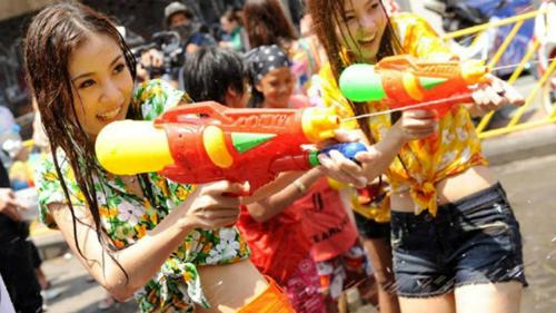 Nhiều người đã lên tiếng chỉ trích lời khuyên nên ăn mặc kín đáo trong lễ hội té nước Songkran: Chúng tôi phải mặc kín đáo dưới cái nóng gần 40 độ sao? Ảnh: Youtube.