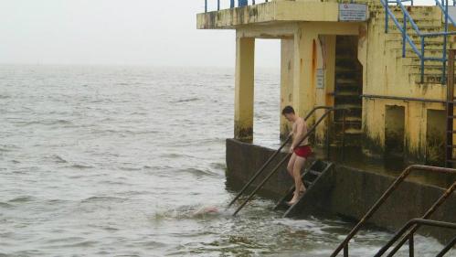 Họ sẽ lao xuống biển giữa trời mùa đông dù sau đó người sẽ run lên bần bật, nhưng vẫn phá lên cười khi nhớ lại làn nước xám lạnh lẽo đến mức nào.