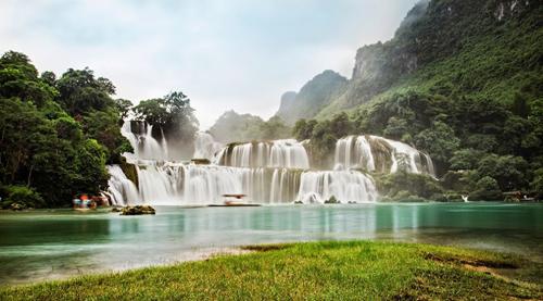Thác Bản Giốc ở Cao Bằng được mệnh danh là thác nước đẹp nhất Việt Nam, lớn nhất Đông Nam Á. Ảnh: Phạm Huyền.