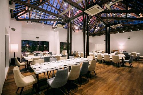 Tầng áp mái với không gian sáng sủa, có sức chứa hơn 120 người với nội thất sang trọng, chắc chắn sẽ là nơi lý tưởng cho những sự kiện quan trọng như hội nghị, họp báo, các buổi tiệc dành cho gia đình và công ty...