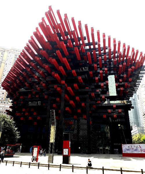 Tuy vậy Trùng Khánh cũng là nơi có rất nhiều công trình kiến trúc độc đáo khiến ai đi qua cũng phải dừng chân chụp hình. Ảnh: Hương Chi.