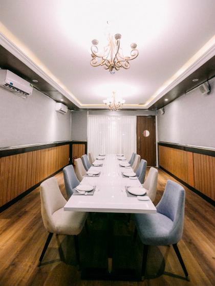 Điểm cộng chính là không gian rộng rãi và sang trọng. Đây sẽ là nơi thích hợp cho những bữa tiệc họp mặt, sinh nhật ấm cúng cùng với gia đình, bạn bè và đồng nghiệp với giá chỉ từ 2.850.000 đồng một bàn (10 khách).