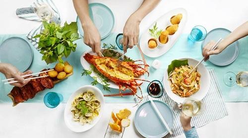 Với tinh thần Ẩm thực sẻ chia, nhà hàngluôn có những set menu được áp dụng cho các bữa tiệc để thựckhách thoải mái lựa chọn, chiêu đãi gia đình, bạn bè, khách quý...