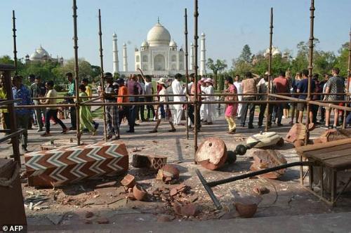 Các mảnh vỡ rơi tung tóe trên nền đất, khiến du khách e ngại về mức độ an toàn khi vào đền tham quan. Ảnh: AFP.