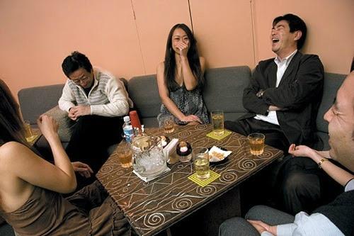 Hostess là nghề phổ biến ngang với gái bán hoa tại phố đèn đỏ Nhật Bản, điểm khác biệt là những cô gái này chỉ nói chuyên chứ không mại dâm. Ảnh:Pinterest.