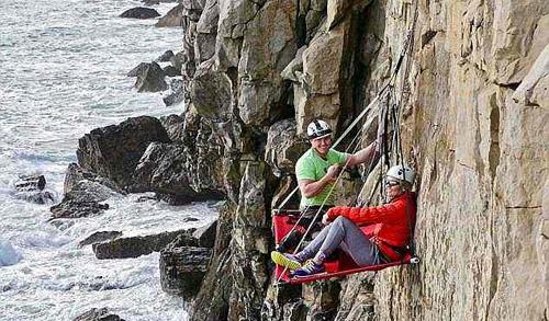 Du khách thường thích ngủ qua đêm trên các vách đá thẳng đứng, cách mực nước biển 18 m ở Dorset. Ảnh: Youtube.