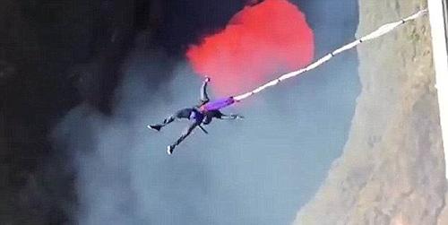 Nhiều người cho biết, họ không dám tưởng tượng tới kết cục của việc nhảy bungee từ trên máy bay trực thăng xuống miệng núi lửa và dây... bị đứt. Ảnh: Youtube.