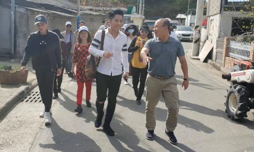 HLV Park (phải) nhiệt tình chỉ dẫn và giới thiệu cho đoàn khách Việt. Ảnh: Quốc Ký.
