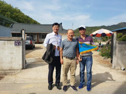 Du khách chụp ảnh lưu niệm cùng ông Park (giữa) trước cửa nhà. Ảnh: Quốc Ký.