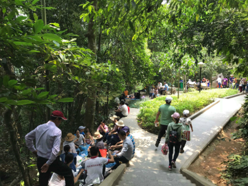 Nhiều du khách ngồi nghỉ dọc đường lên đền. Ảnh:Bích Ngọc.