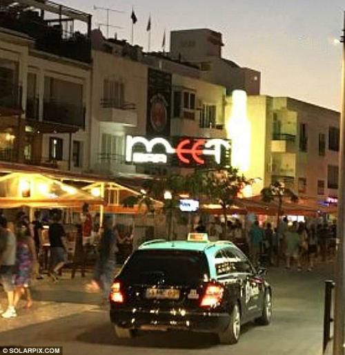 Vụ việc được báo cáo là xảy ra tại quán barMeet, một điểm tiệc tùng nổi tiếng của du khách ởAlbufeira. Ảnh: Solarpix.