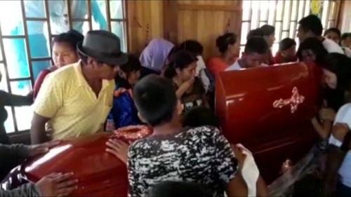 Dân làng tới viếng bà Arévalo. Ảnh: Reuters.