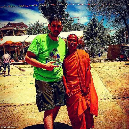Ross chụp ảnh cùng một nhà sư ở Campuchia. Đây là bức ảnh cuối cùng anh đăng tải trên Instgram. Ảnh: ViralPress.