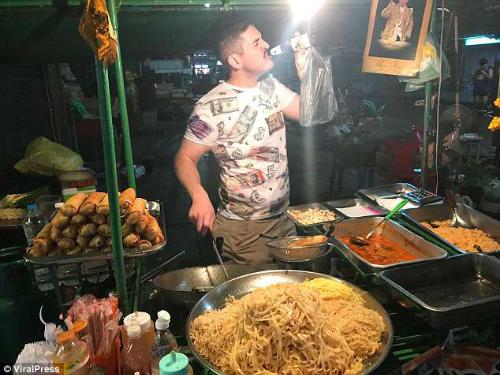 Chagnon tận hưởng ẩm thực đường phố ở Bangkok, Thái Lan, vào ngày 7/4 trước khi đến Campuchia. Ảnh: IG.