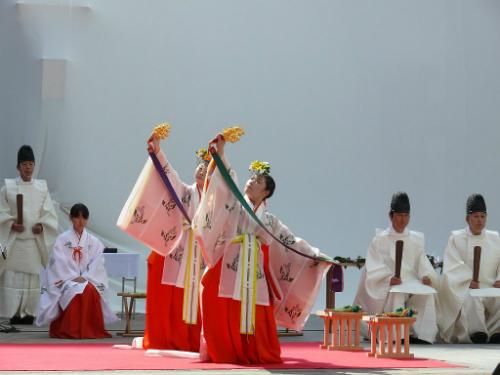Các Vu nữ đang thực hiện điệu múa truyền thống miko-mai. Ảnh: Pinterest.