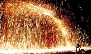 Pháo hoa bằng sắt nung nóng rực của người Trung Quốc