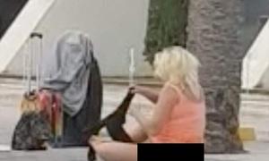 Người phụ nữ lột đồ, thay quần áo giữa sân bay Tây Ban Nha