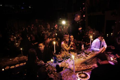 Ngoài những cô gái, bữa tiệc cũng có nhiều chàng trai làm mẫu trên bàn ăn. Ảnh:Huffinton Post.