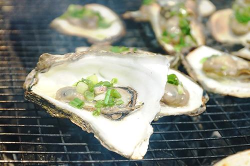 HàuNếu như ở Sài Gòn hay Hà Nội, hàu là món ăn có giá thành cao thì tại các vùng biển, món ăn ghi dấu bởi độ rẻ và tươi sống. Hàu ăn sống hay nướng mỡ hành đều ngon, ăn kèm không thể thiếu chén muối tiêu chanh. Nhiều nơi còn dùng muối ớt xanh để ăn kèm.