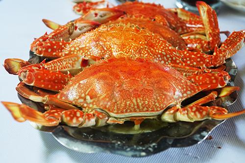 GhẹGhẹ là hải sản có vị ngọt, thịt chắc và được chế biến đa dạng nên được nhiều du khách ưa thích. Tuỳ theo vùng mà kích thước ghẹ sẽ khác nhau. Để không làm mất đi hương vị tự nhiên, người ta thường hấp ghẹ. Món ăn khi dọn ra có màu đỏ cam bắt mắt. Thường ghẹ hấp ăn kèm muối tiêu chanh, thêm ớt để tăng vị.